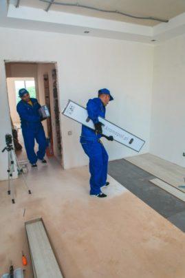 Подготавливаем стены к поклейке обоев
