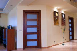 Преимущества межкомнатных деревянных дверей