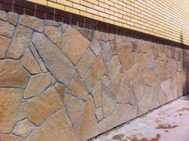 Каким образом производится облицовка цоколя натуральным камнем?
