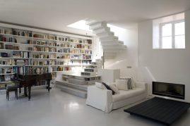 Дизайн гостиной с библиотекой и лестницей